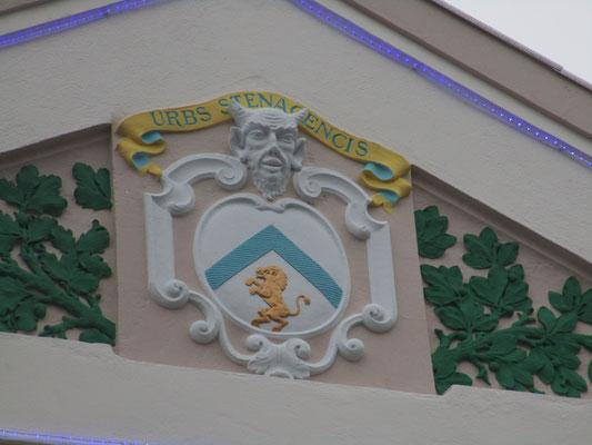 Stenay possède un fronton particulier sur son Hôtel de Ville ; la tête du diable !