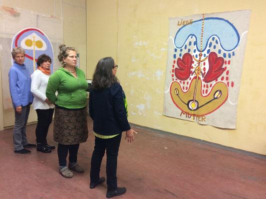 Systemaufstellung zu Weiblichkeit und Kunst, 2020, mitwirkende Frauen und HELFER-Bilder an den Wänden von M. M. Nowak, Studo FLEXUS im KEP