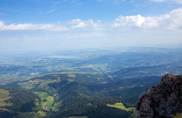 Blick vom Pilatus ins Mittelland, in der Bildmitte der Sempachersee