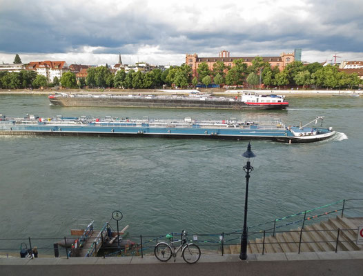 Frachtschiffe auf dem Rhein