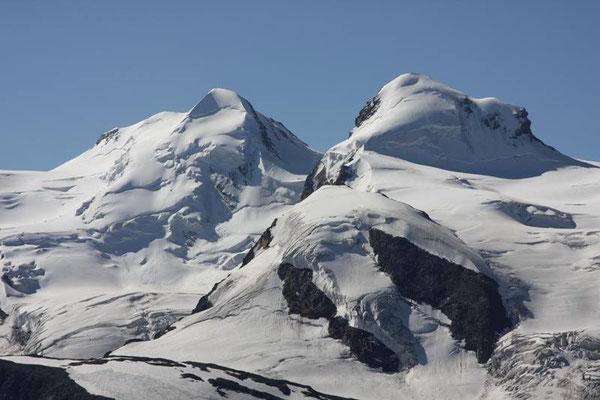 Die Schneebedeckten Gipfel von Castor 4223m und Pollux 4092m