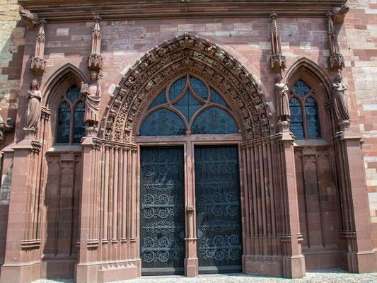 Eingang zum Basler Münster zwischen 1019 und 1500 im romanischen Stil erbaut