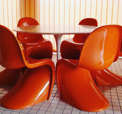 Panthon Chairs in Orange mit Saarinen Table