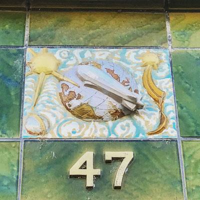 Alte Kachel mit einem Luftschiff und der Hausnummer 47. Stammt von einer alten verwackelten Ladenfassade in Bellheim, Pfalz.