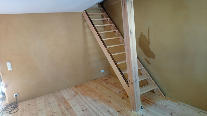 Holztreppe Wohnungstreppe Wangentreppe Naturkante