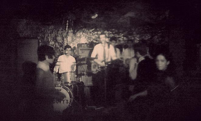 The Groovy's uit Den Haag. Op 2 december 1967 in het decor van Bar-Dancing DE AAP bestaande uit gekreukeld aluminium folie.  vlnr: Eric Jahreis (drums/zang), Roelf Backus (gitaar/zang), Bas Riet (gitaar/zang)en Rob de Visser (bas/zang)..