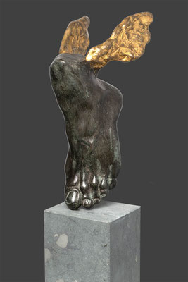 Godfried Dols, bronze, Piede di Perseo, edition: 4, Italian bronze and gold leaf. Pedestal: Anrochter grunstein