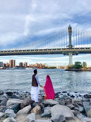 Ein Paar, mit Blick auf die Manhatten Bridge