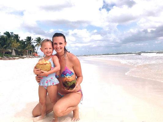 Frische Kokosnuss am Strand