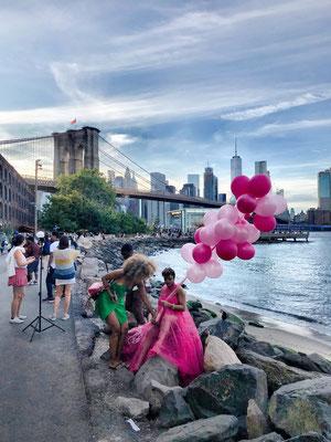 DUMBO - Künstler am Fluss, mit der Brooklyn Bridge im Hintergund