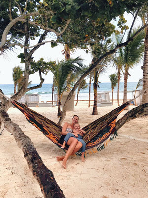 In der Hängematte bei Pablo Escobars Mansion am Strand von Tulum