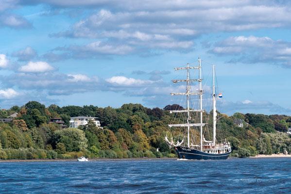 """Die """"Thalassa"""" auf der Elbe vor Othmarschen"""
