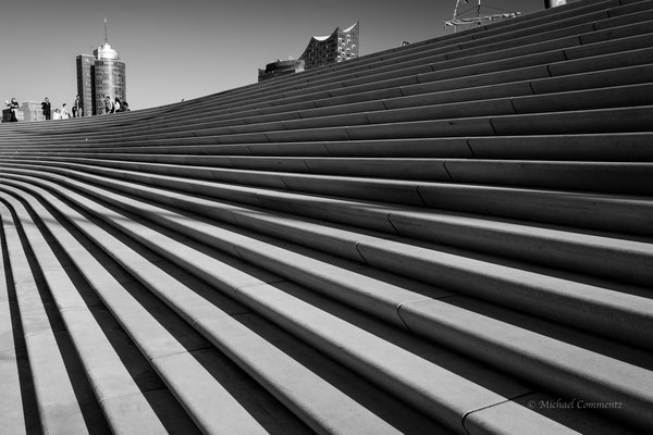 Die neue Kaimauer mit Elbphilharmonie und Taylor Wessing Gebäude s/w
