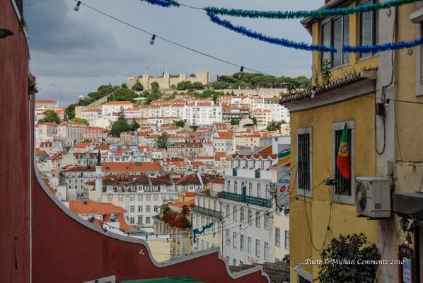 """Sicht auf """"Castelo de S. Jorge"""" von der Calcada do Duque, Lissabon"""