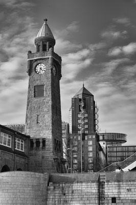 Uhrturm und Hotel Hafen Hamburg von den Landungsbrücken s/w