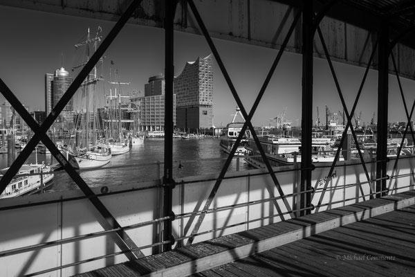 Von der Überseebrücke mit Blick auf die Elbphilharmonie s/w
