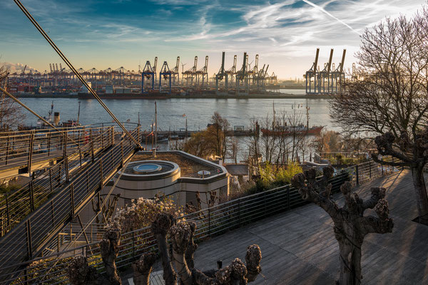 Blick von der Elbchaussee über den Museumshafen zum Containerterminal