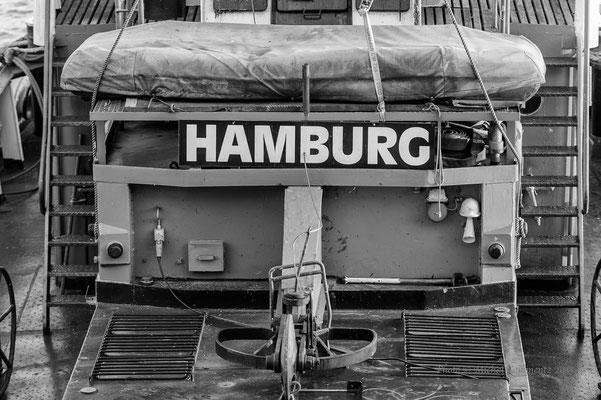 Schlepper im Hafen Hamburg s/w