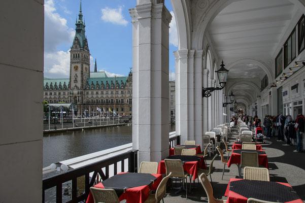 Alsterarkaden mit Rathaus Hamburg