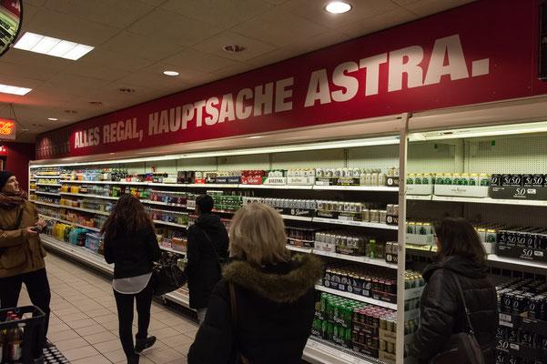 Alles Regal - Hauptsache ASTRA - in der Esso Kult-Tankstelle - leider abgerissen