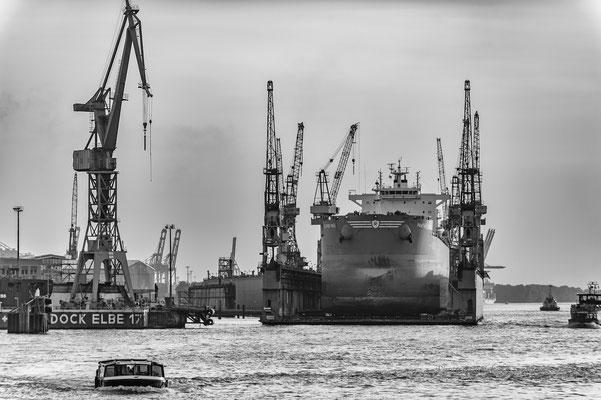 Schiff im Schwimmdock auf der Elbe s/w