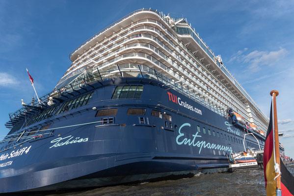 """""""Mein Schiff 4"""" am Hamburg Cruise Center Altona - von achtern."""