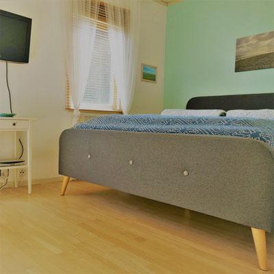 Schlafzimmer mit 1,60 Bett und SmartTV