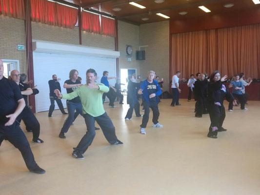 Assistenz für Meister Chen Bin: Alfie führt die Gruppe beim Seminar in Amstelveen 2017