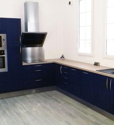 Cuisine Lauvie Menuiserie Façade Laque Bleue, Tiroirs casserolier, hotte 45°