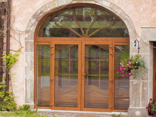 Porte-fenêtre PVC, LAUVIE Menuiserie, 2 vantaux plus 2 fixes et imposte sur-mesure, plaxé chêne doré