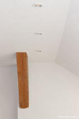 Der Balken braucht noch etwas liebevoll Behandlung, die dimmbaren Deckenspots sorgen für schönes Licht