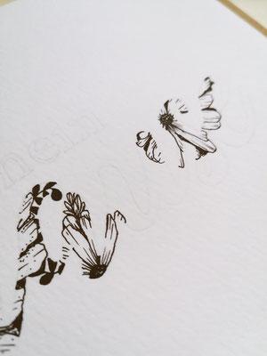 Es muss nicht nach einer bestimmten Reihenfolge vorgegangen werden. Hier habe ich erst eine Blume weiter hinten gezeichnet und dann die Lücke geschlossen.