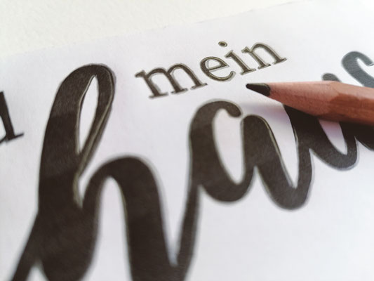 Nun umrandest du deine Schrift mit einem Bleistift. Vorsicht Fingerspitzengefühl: zu fest und du hinterlässt Abdrücke - zu sanft und deine Vorlage wird undeutlich.