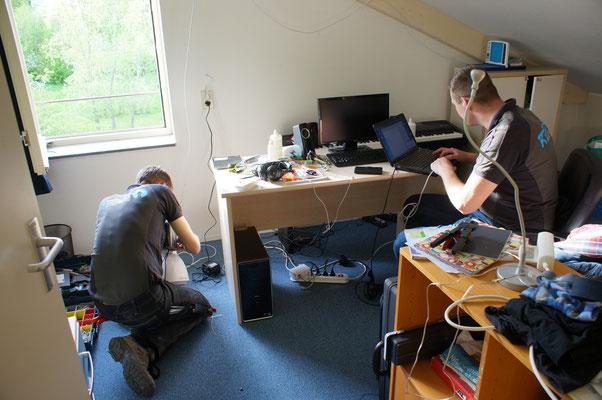 Jonathan en Jan van Koppelaar Beveiliging werken aan de techniek