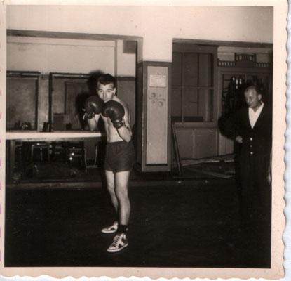 Horst Mitchele, im Hintergrund Ph.Sommer,sen., Zeugwart