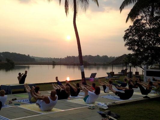 Am Morgen - Yoga Gruppe bei Sonnenaufgang