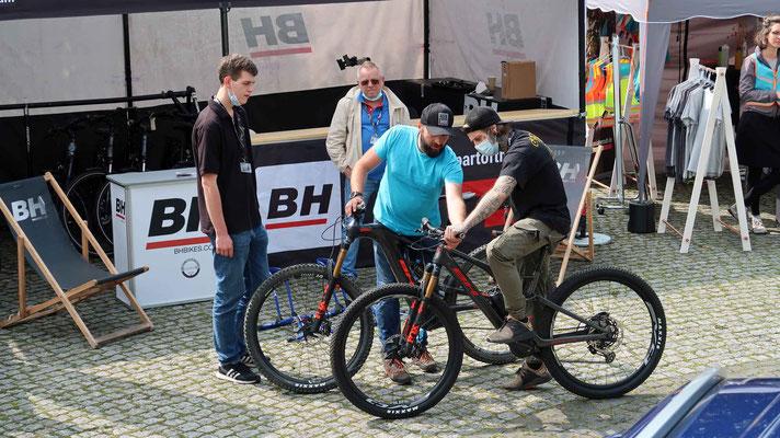 Sören, Markus und Mick lassen sich am Stand von BH Bikes die neuen E-MTB Modelle für die Saison 2022 erklären, die dann in ausgiebigen Probefahrten getestet wurden