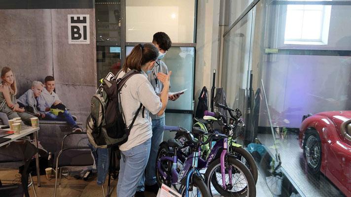 Hille erklärt unserem neuen Azubi Gabriel die Jugend und Kinderräder von Scool
