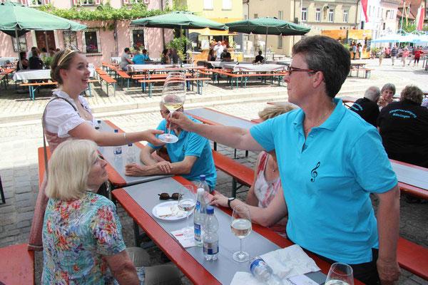 die Weinprinzessin spendiert uns eine Wein-Kostprobe