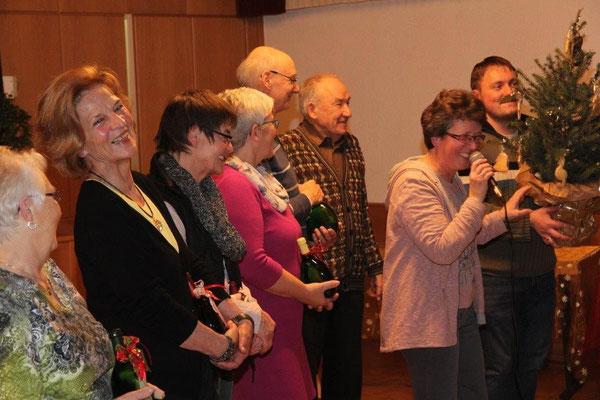 Dirigent Markus Heinrich erhält ein Präsent für seine geleistete Arbeit