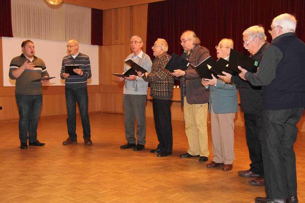 Das Männerquartett singt weihnachtliche Lieder