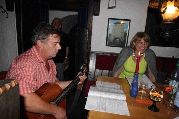 Franz Lieb begleitet uns auf der Gitarre