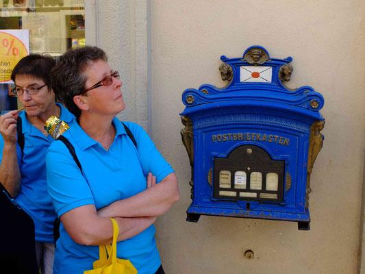 Am historischen Postkasten, Moni betrachtet eine Sehenswürdigkeit