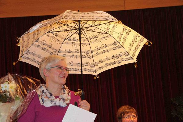 Christel Kuttelwascher-Lieb wird für 40 Jahre Chorgesang geehrt
