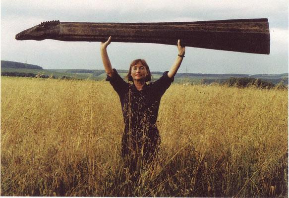 Mit dem Wachsmodell der Bronzeplastik Cavallo lungo, 2002