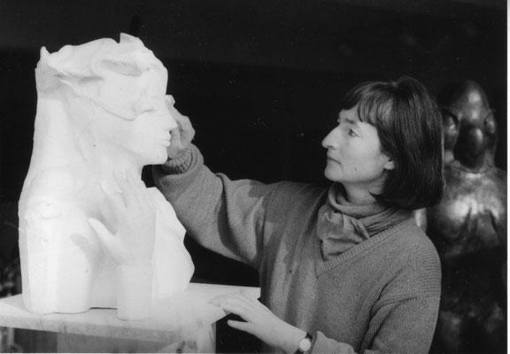 """Im Atelier. Mit dem Gipsmodell der Büste """"Sommer"""", 1983"""