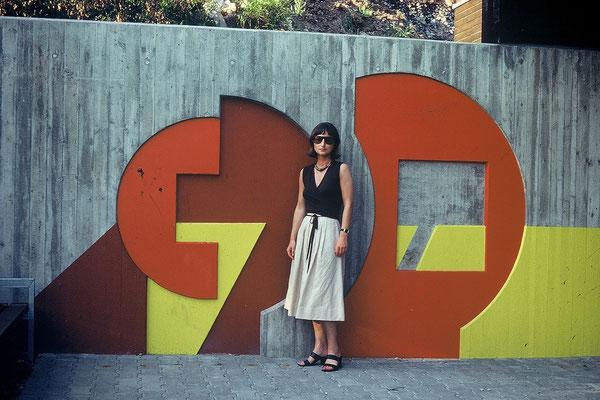 Vor dem Stützmauerrelief der Kindertagesstätte in Stuttgart-Rohracker, 1974