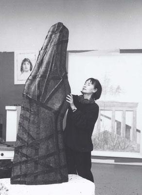 Mit dem Wachsmodell der Plastik Cavallo, 1995