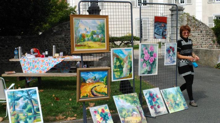 Exposition de tableaux sur la place de l'église