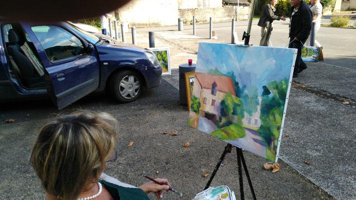 jocelyne Brune devant son tableau peint à l'acrylique